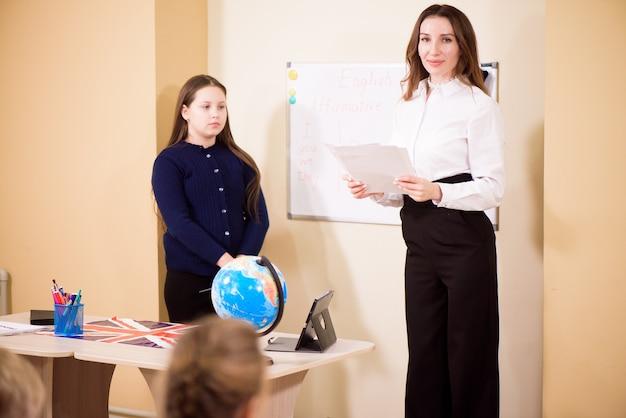 초등학교 학생들에게 수업을 가르치는 교사.
