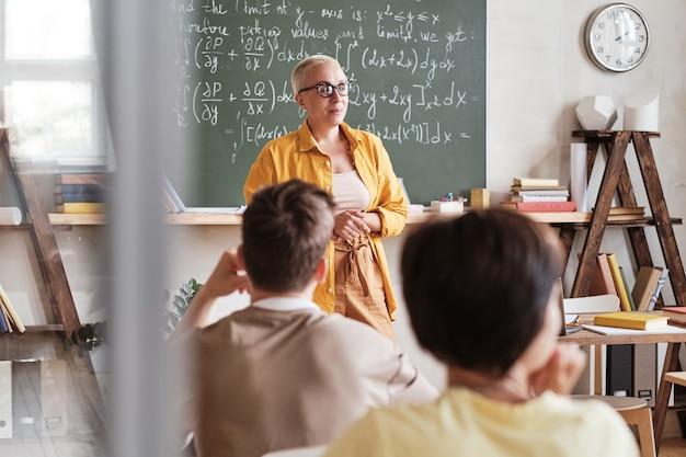 Учитель, обучающий студентов в школе