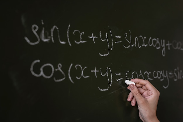 教育委員会の数式に書かれた先生。代数