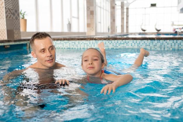 小さな娘に水泳を教える