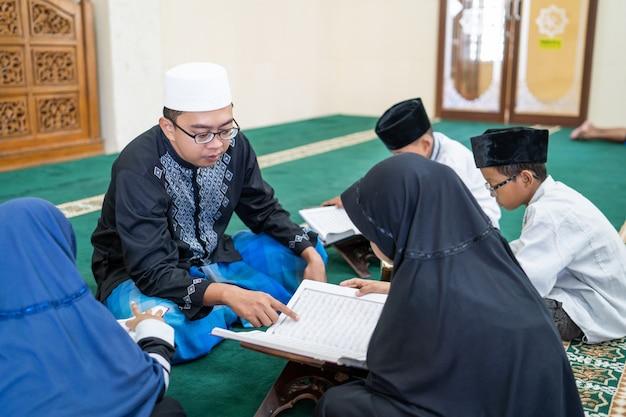 Teaching muslim kid to read quran