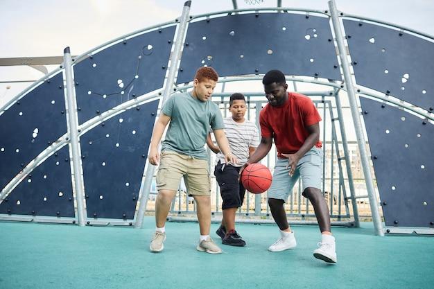 息子にバスケットボールをするように教える