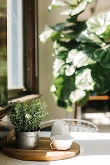 窓際の木製テーブルのティーカップ