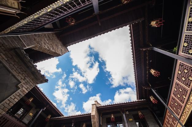 Чайхана на открытом воздухе небо кирпича деревянный