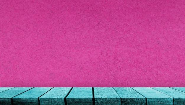 Счетчик таблицы полки дисплея доски teal деревянной с космосом экземпляра для фона рекламы и предпосылки с розовой бумажной предпосылкой