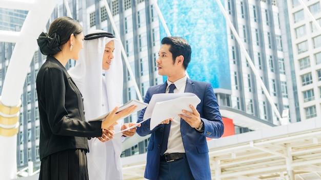 팀 아시아 비즈니스 사람들이 똑똑한 남자와 여자가 이야기하고 프로젝트를 제시합니다.