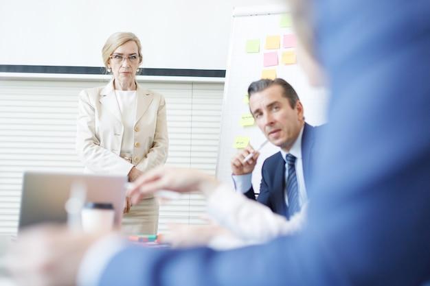 사무실에서 비즈니스 회의에서 스티커 메모를 사용하여 창의적으로 계획하는 팀
