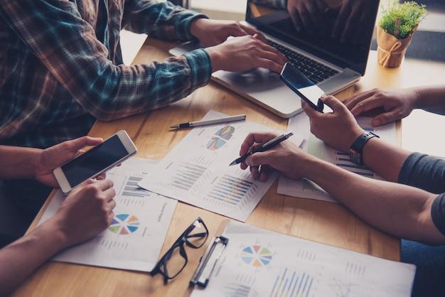 팀 비즈니스 직업. 열린 사무실에서 노트북으로 작업. 진행중인 회의 보고서