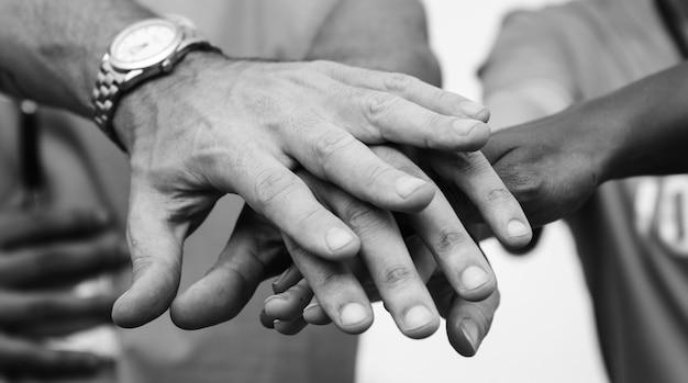 Team di uomini d'affari che impilano le mani
