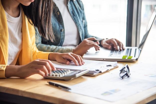 Работа команды бизнесменов. работа с ноутбуком в офисе открытого пространства. отчет о встрече в процессе.