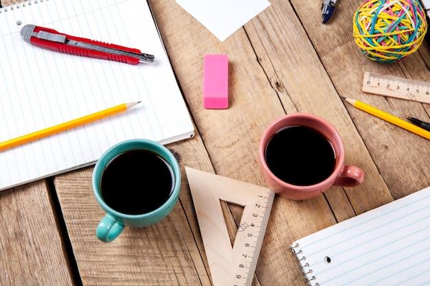 チームコラボレーションのコンセプト。コーヒーと事務用品を使った事業計画