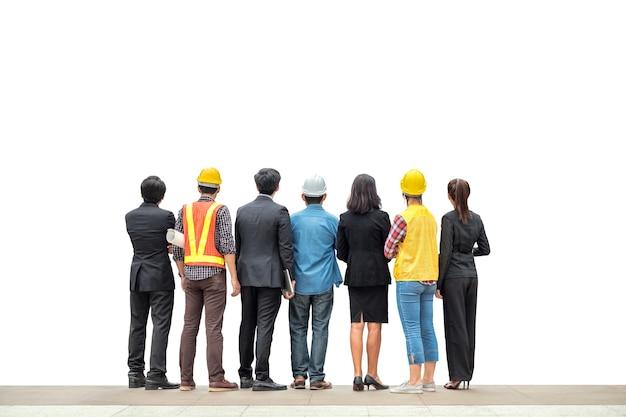 白い背景の上に立っているエンジニアのプロのリアとチーム国際ビジネスパーソン