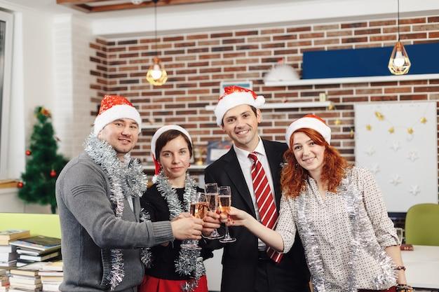 Команда празднует праздник в современном офисе