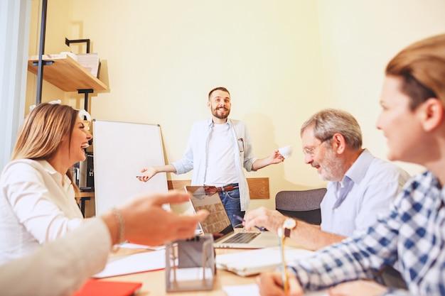 Lavoro di squadra. foto giovani imprenditori che lavorano con un nuovo progetto in ufficio