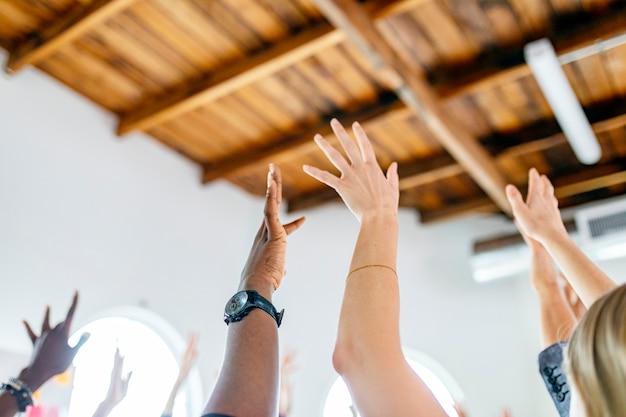空中で手を上げるチーム
