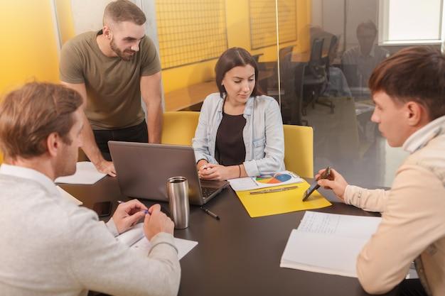オフィスでのチームミーティング