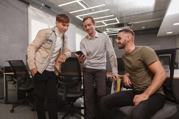 Встреча команды в офисе