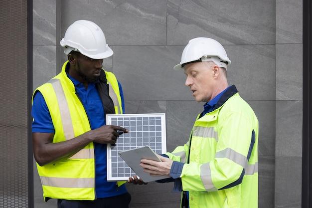 革新的でより効率的なソーラーパネルバッテリーのコンセプトに取り組み、問題を解決する再生可能エネルギーエンジニアのチームミーティング