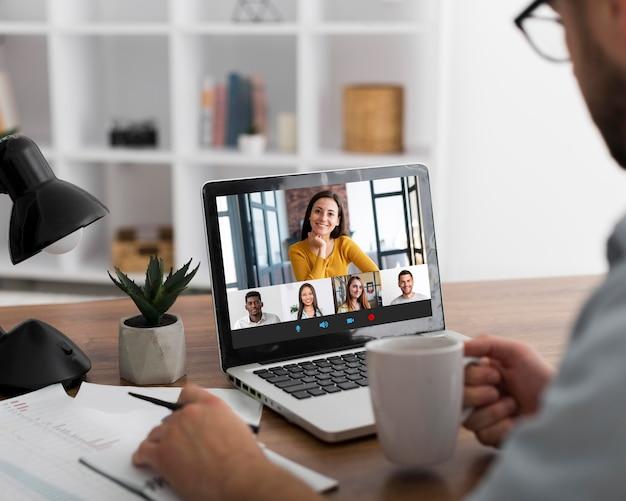 노트북에 팀 회의 온라인 전화 회의
