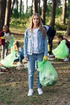 Команда активистов-волонтеров собирает мусор из леса