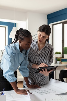 タブレットを見ている建築設計の女性のチーム
