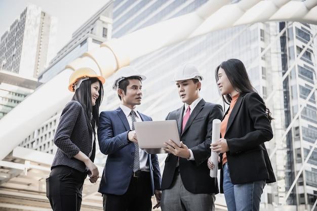Команда архитектурного и инженерного совещания и расскажет о проекте строительства