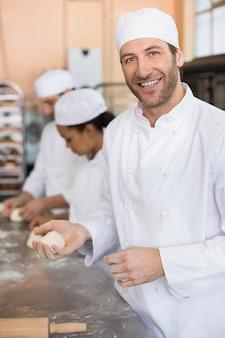 カウンターで働くパン屋チーム