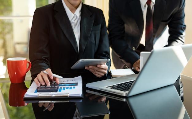 배경이 흐릿한 현대 사무실에서 비즈니스 전략을 논의하는 비즈니스 분석가 팀
