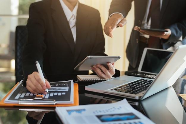 새로운 시작 프로젝트 작업에 대해 논의하는 비즈니스 분석가 팀. 현대적인 사무실 방에서