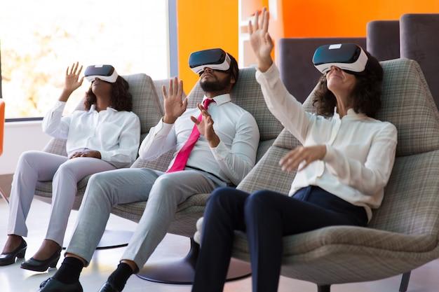 Команда коллег по бизнесу смотрит виртуальную презентацию