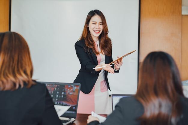 会社の財務報告を分析するための近代的なオフィスでのビジネス企業会議のチーム