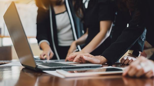 財務計画を分析するための近代的なオフィスでのビジネス企業会議のチーム