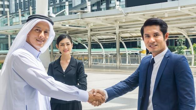 Команда деловых людей пожимает друг другу руки