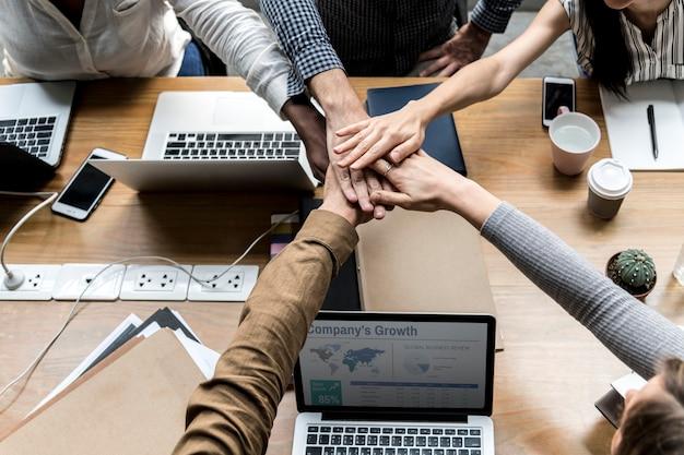 손을 스태킹하는 기업들의 팀