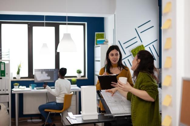 クリエイティブスタジオオフィスに立っているビジネスウーマンのチーム