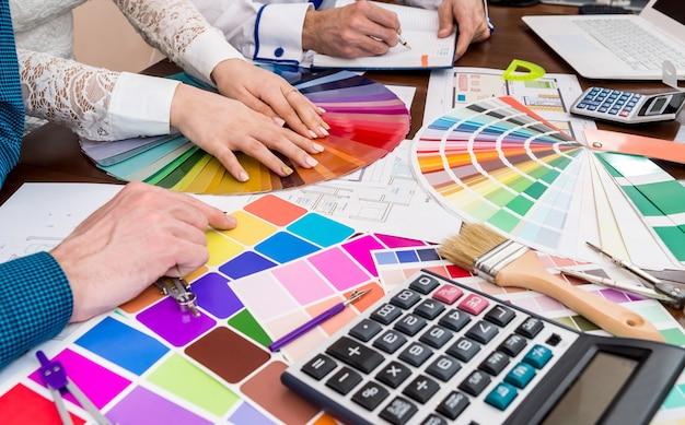 새 프로젝트에서 작업하는 창의적인 디자이너 팀