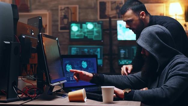 정부 서버를 해킹하기 위해 최신 소프트웨어와 슈퍼 컴퓨터를 사용하는 사이버 범죄자 팀.