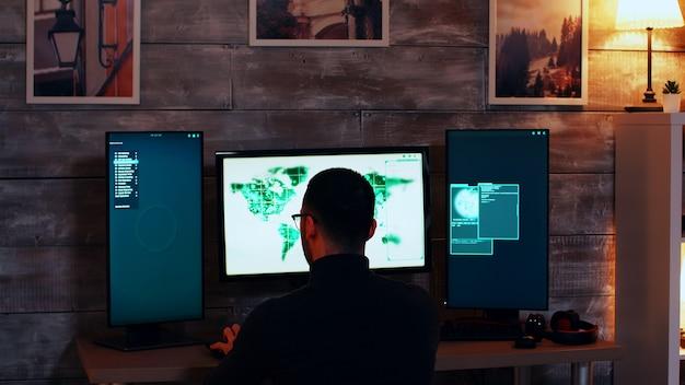 정부로부터 훔치기 위해 위험한 바이러스를 사용하는 사이버 테러리스트 팀.