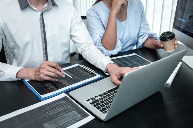 Команда программистов-разработчиков работает над кодированием программного обеспечения компьютера в офисе, пишет веб-сайт и разрабатывает технологию баз данных.