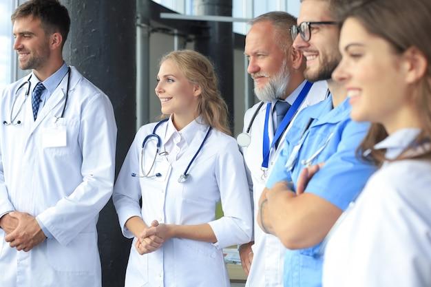 病院で会話をしているさまざまな医師のチーム。