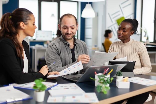 다양한 스타트 업 동료 기업가 팀이 전문 직장에서 만나 재무 전략 관리를 통해 아이디어를 전달하고 공유합니다.