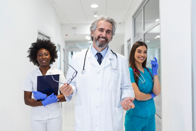 病院の医師と看護師のチーム。ヘルスケアと医学の概念