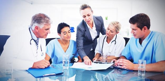 Команда врачей и бизнес-леди после встречи
