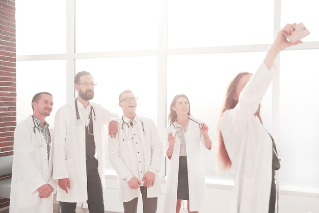 셀카를 찍는 의료 센터의 의사 팀. 사람과 기술