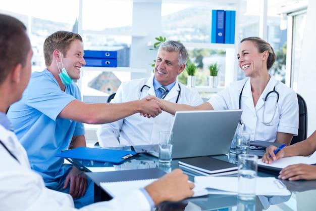 会議を持つ医師のチーム