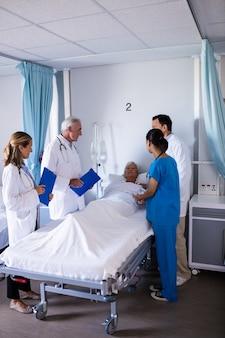 Команда врачей, взаимодействующих с пациенткой