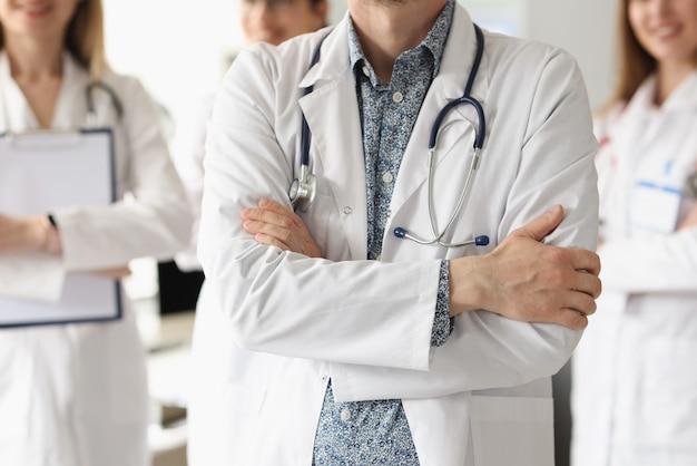 医師のチームが診療所に立っています