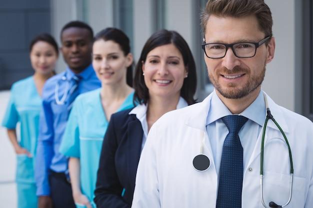 행에 서있는 의사의 팀