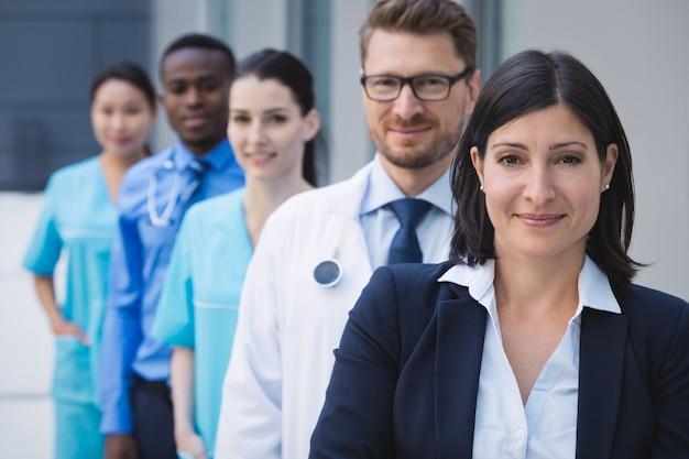 Команда врачей, стоящих в ряду