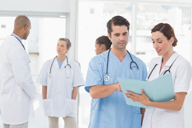 彼らのファイルを扱っている医師のチーム